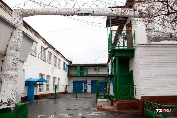 На каких условиях сотрудники колонии и заключенные договаривались о незаконных развлечениях — неизвестно. Сейчас идет проверка
