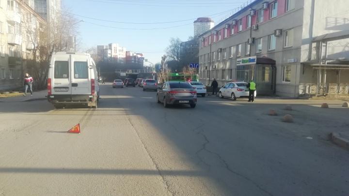 В Екатеринбурге мальчика, который перебегал дорогу в неположенном месте, сбил рейсовый микроавтобус