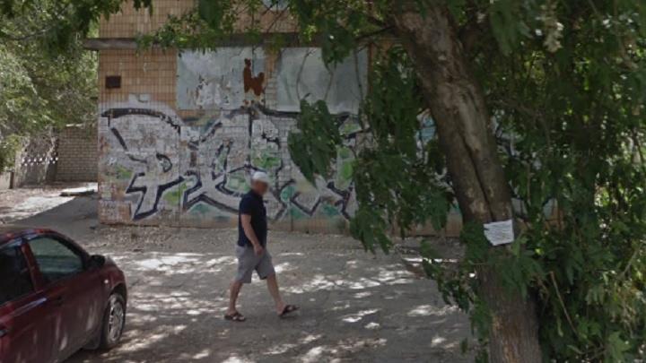 В Волгограде продают под офисы заброшенный общественный туалет