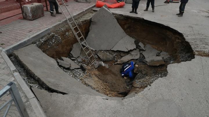 В Новосибирске на две недели сузят дорогу на улице Семьи Шамшиных, где в яму упали две машины