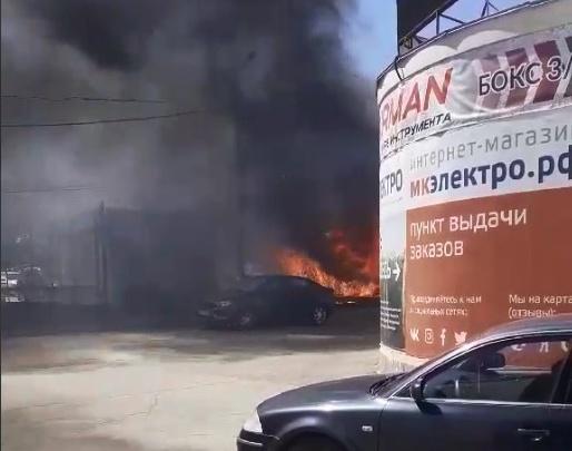 На строительном рынке в Челябинске всего за пару минут выгорел павильон с печами
