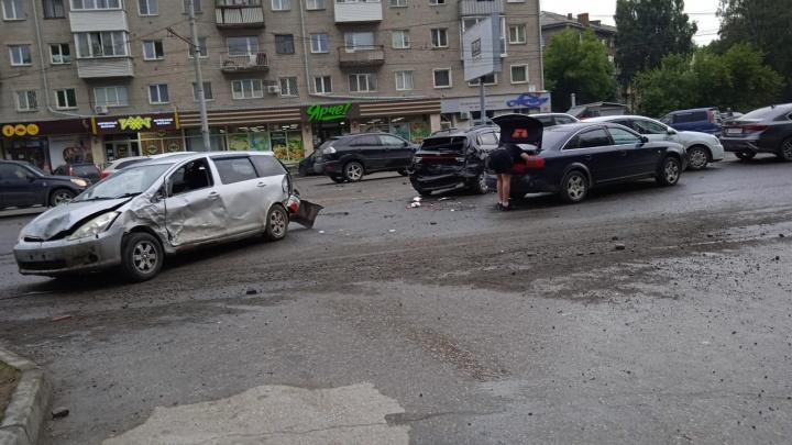 Из-за пьяного водителя пострадало семь машин: в ГИБДД рассказали подробности массового ДТП на Титова