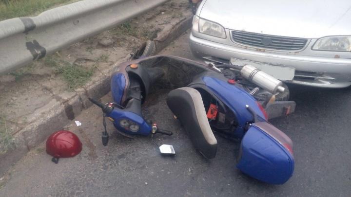Шлем слетел с головы: в Комсомольском районе Тольятти Toyota Corolla столкнулась с мопедом
