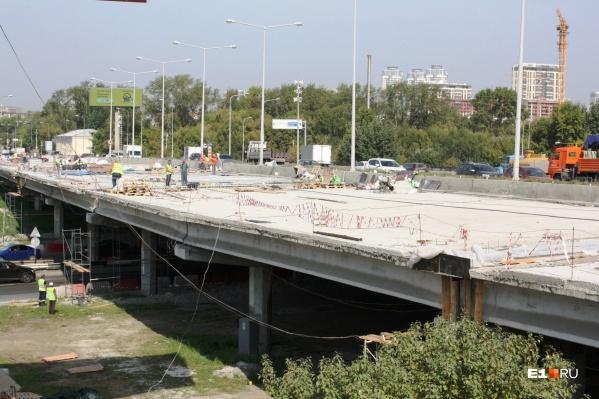 Мост в направлении аэропорта ремонтируют с весны 2021 года. В следующем году строители возьмутся за противоположную часть развязки