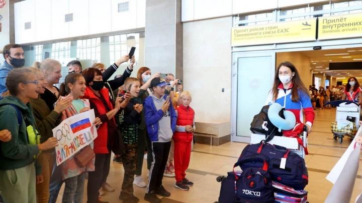 Прилетевшую из Токио серебряную медалистку из Красноярска встретили с цветами и оркестром