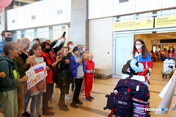 В аэропорт встречать спортсменку приехали Павел Ростовцев и болельщики