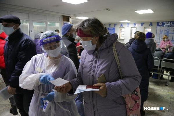 Из-за коронавируса на входе в поликлиники ввели температурный контроль