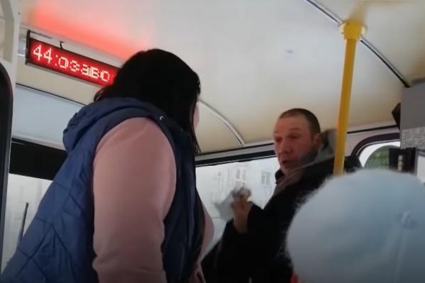 Пассажир отказался надеть маску, а кондуктор в ответ не отдавала ему сдачу