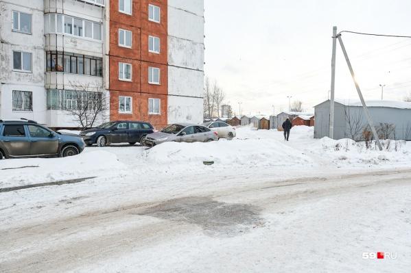 Убийство произошло на этом месте. Там, где сейчас видно пятно на дороге, была кровь. После трагедии таджики, живущие в соседних домах, ее отмыли