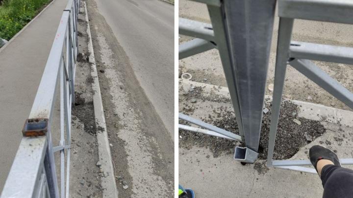 «Поставили забор зимой в дыры»: чиновники отчитались, что закрепили ограждение, а оно после этого накренилось