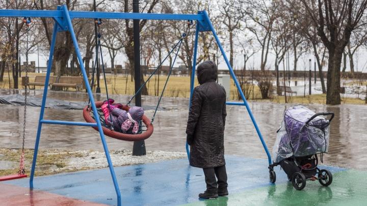«Ждут, пока кто-нибудь покалечится?»: волгоградцы требуют починить детские качели на Центральной набережной