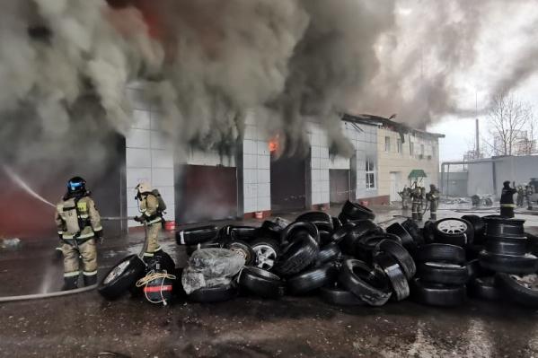 Огонь охватил площадь 400 квадратных метров, пожар тушили 48 человек