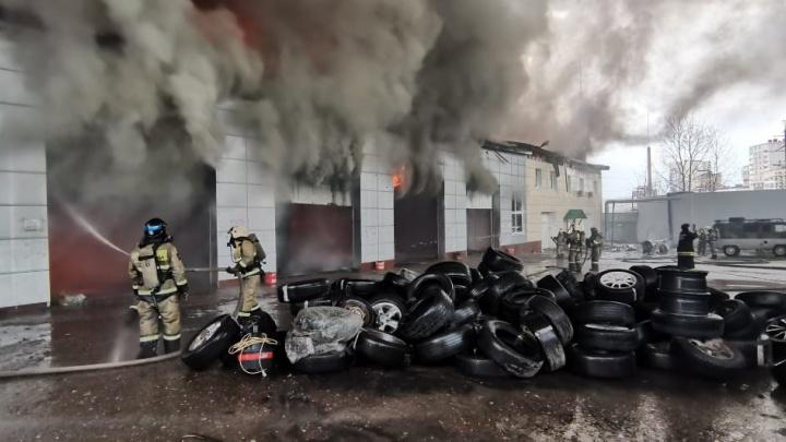 В МЧС Башкирии показали эксклюзивные кадры с пожара в Уфе, который было видно во всем городе