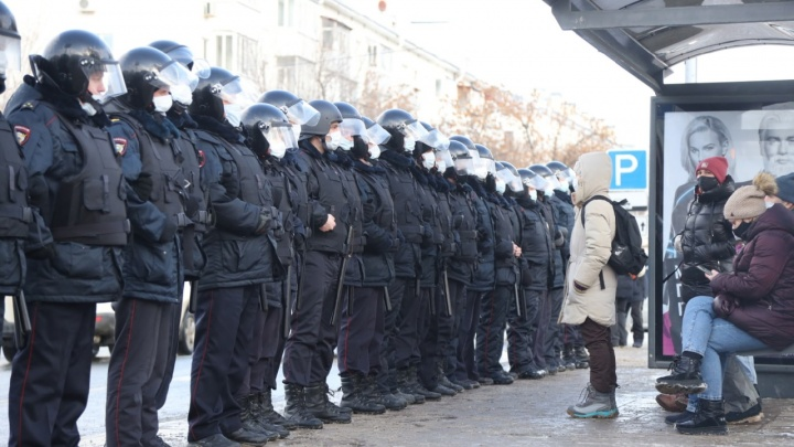 В кольце ОМОНа: сторонники Навального вышли на акцию протеста вСамаре