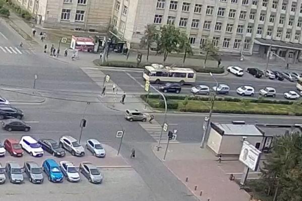 Девочка на самокате ехала по пешеходному переходу на зеленый сигнал светофора