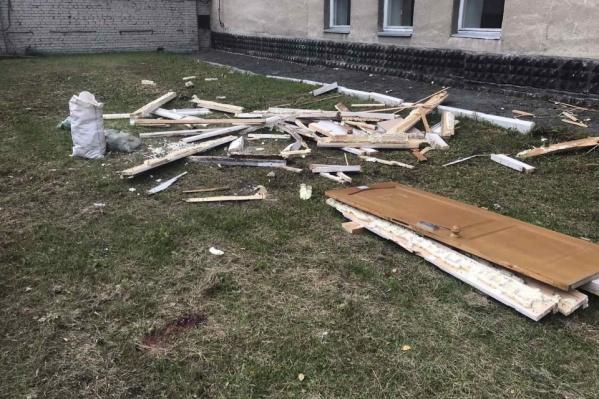Двое грузчиков решили не нести дверь по лестнице с пятого этажа и выкинули ее в окно. Дверь упала на мужчину, позже он умер