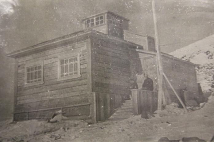 Один из домов станции на старой фотографии