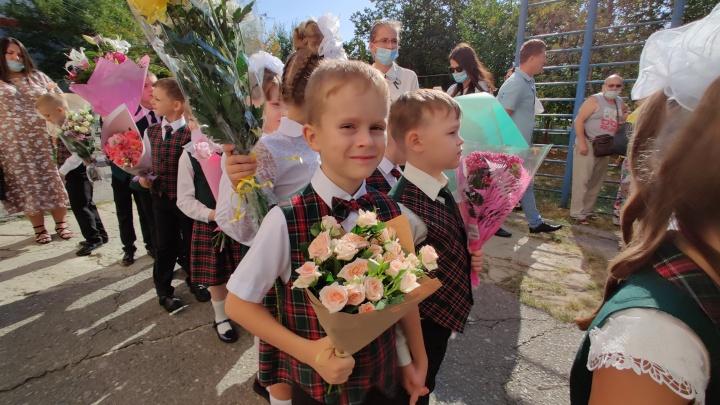 «Обниматься можно, целоваться — нет»: в Волгограде на линейке первоклашек научили здороваться согласно требованиям Роспотребнадзора