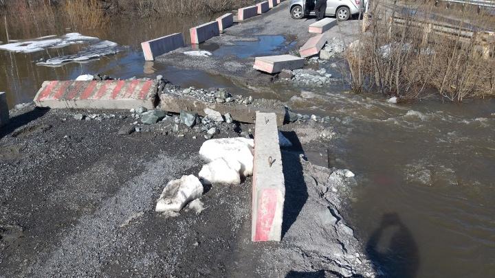 Под Кемерово из-за тающего снега разрушился мост. Власти хотят построить вместо него новый