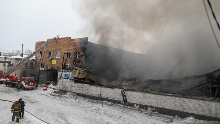 «Машина даже не сгорела— расплавилась»: опубликовали видео из сгоревшего склада на Калинина