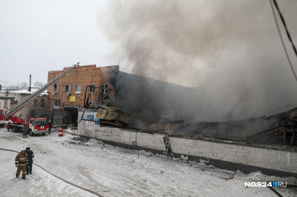 Пожар на складе тушили целый день