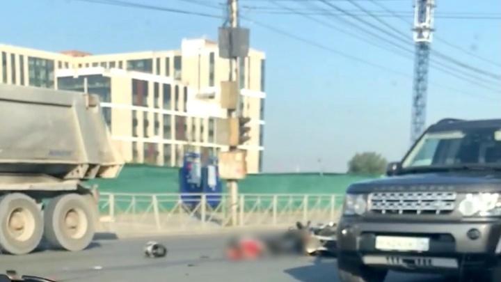Грузовой тягач сбил мотоциклиста на Большевистской, водитель погиб на месте