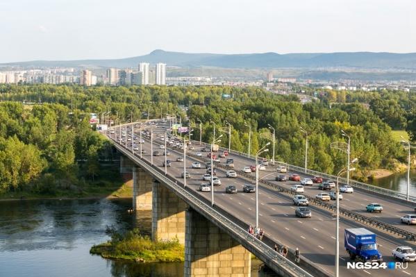 Неравнодушные красноярцы вовремя сообщили о мужчине на перилах моста