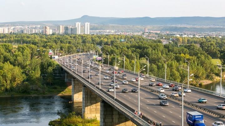 Спасатели сняли с перил Октябрьского моста неадекватного мужчину