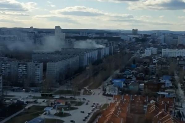 От девятиэтажки поднимался дым