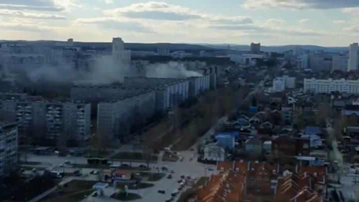 «Стоят три пожарные машины и скорая»: на Юго-Западе загорелся балкон девятиэтажки