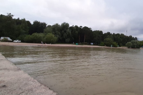 Мальчик отдыхал на пляже с друзьями