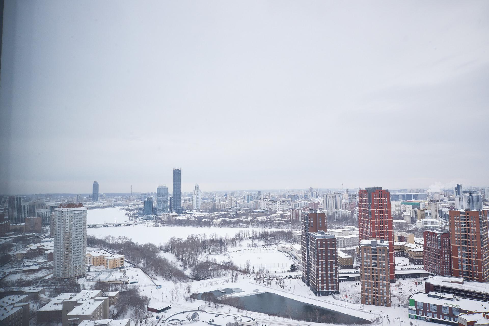 Вид на центр города и старую плотину на реке Ольховке
