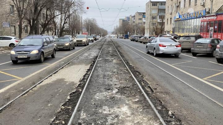 «Как надо делать дорогу, чтобы она лопнула?»: в Волгограде непогода уничтожила новый асфальт на Баррикадной