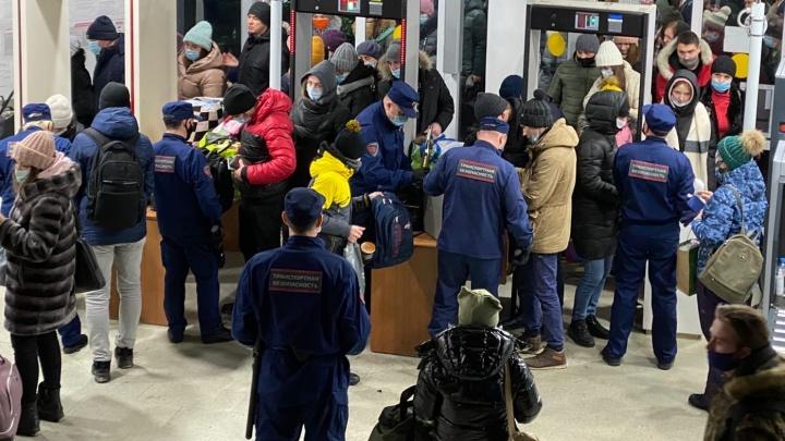 Челябинцы попали в давку на железнодорожном вокзале. Толпа собралась из-за новогодних подарков