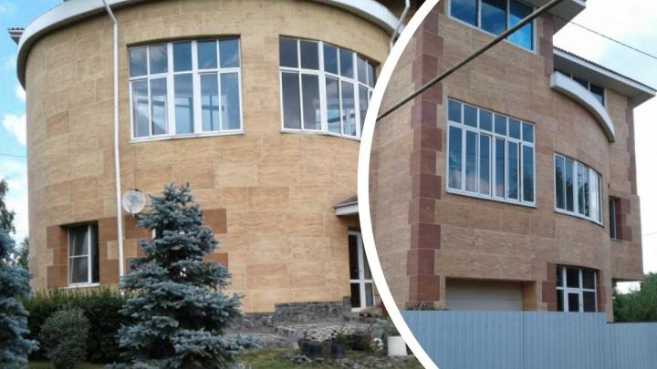 Рядом с Екатеринбургом продают «геометрический» коттедж, в котором будет не так просто поставить детей в угол