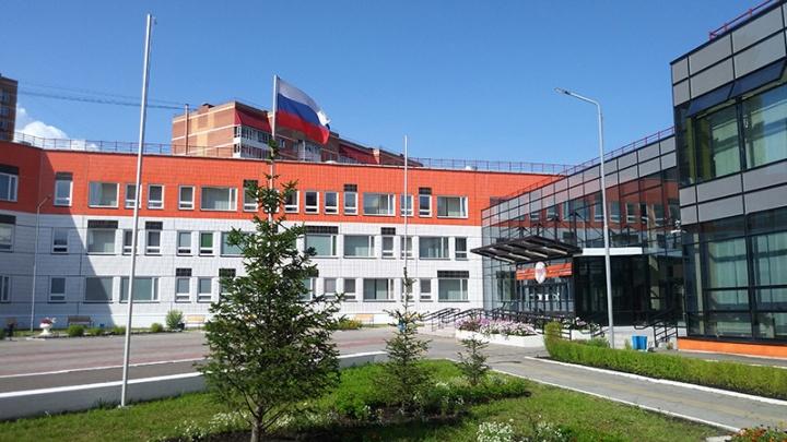 Неизвестный напал с газовым баллончиком на охранника в школе Красноярска