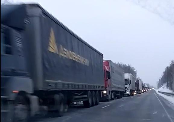 «Скользко, фуры буксуют»: трасса М-5 в Челябинской области встала в пробку из-за гололеда