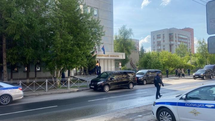 К зданию прокуратуры НСО приехал кортеж, в центре дежурит полиция. С чем это связано?