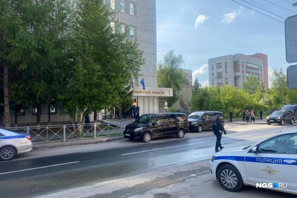 Около 09:30 к зданию прокуратуры НСО подъехал кортеж
