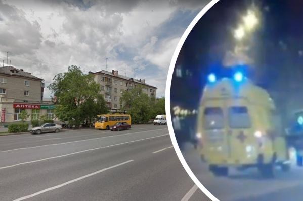 Женщина выскочила на дорогу перед машиной скорой помощи