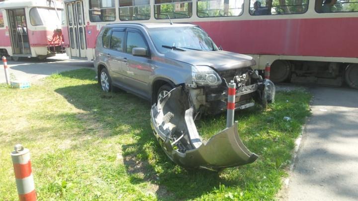 На ВИЗе трамвай столкнулся с внедорожником. В машине был ребенок
