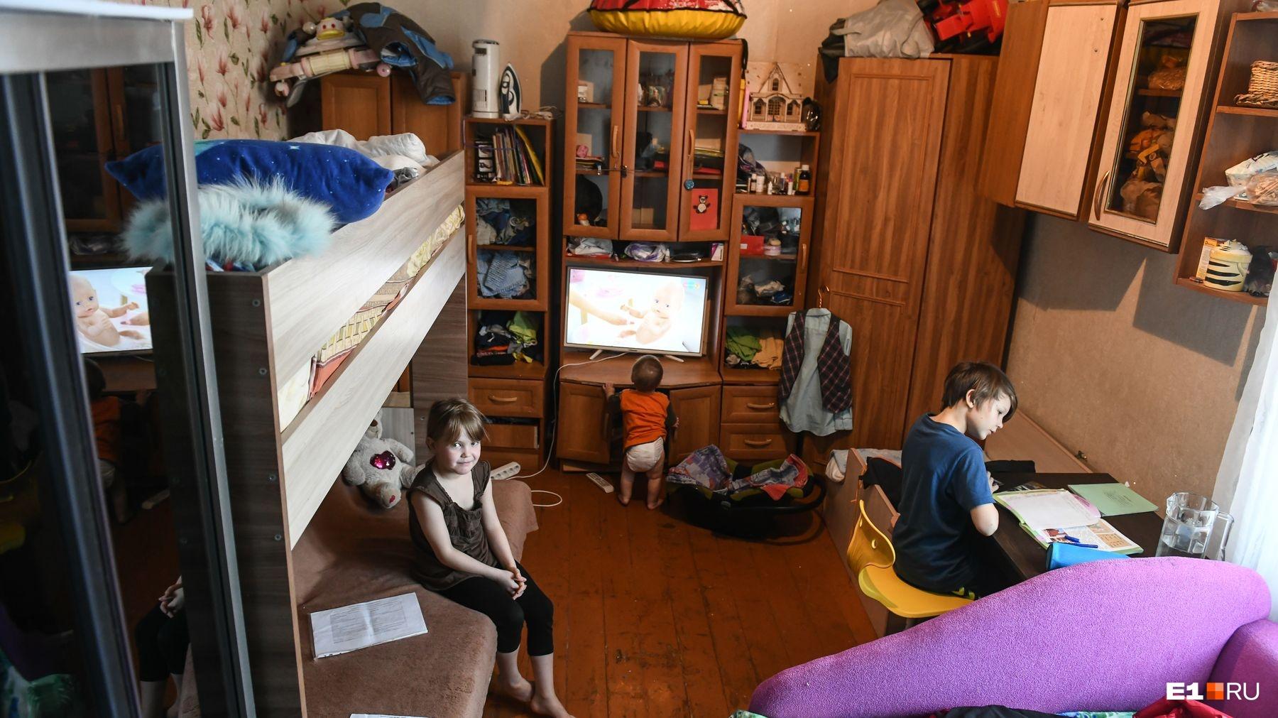 В комнате Светланы случился потоп из-за аварии, пока она живет у свекрови на соседнем этаже