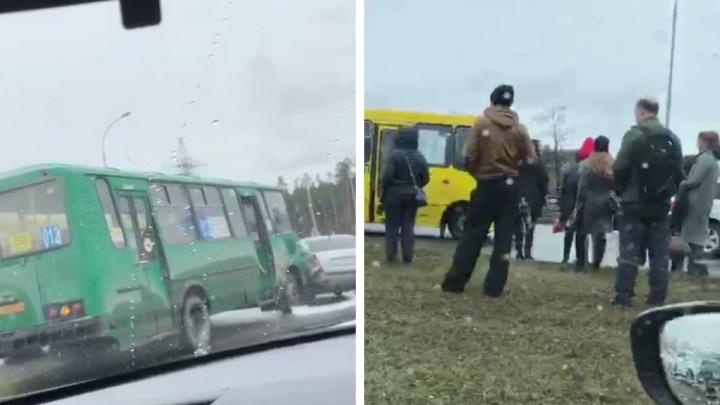 Академический встал в длинную пробку из-за ДТП с рейсовым автобусом
