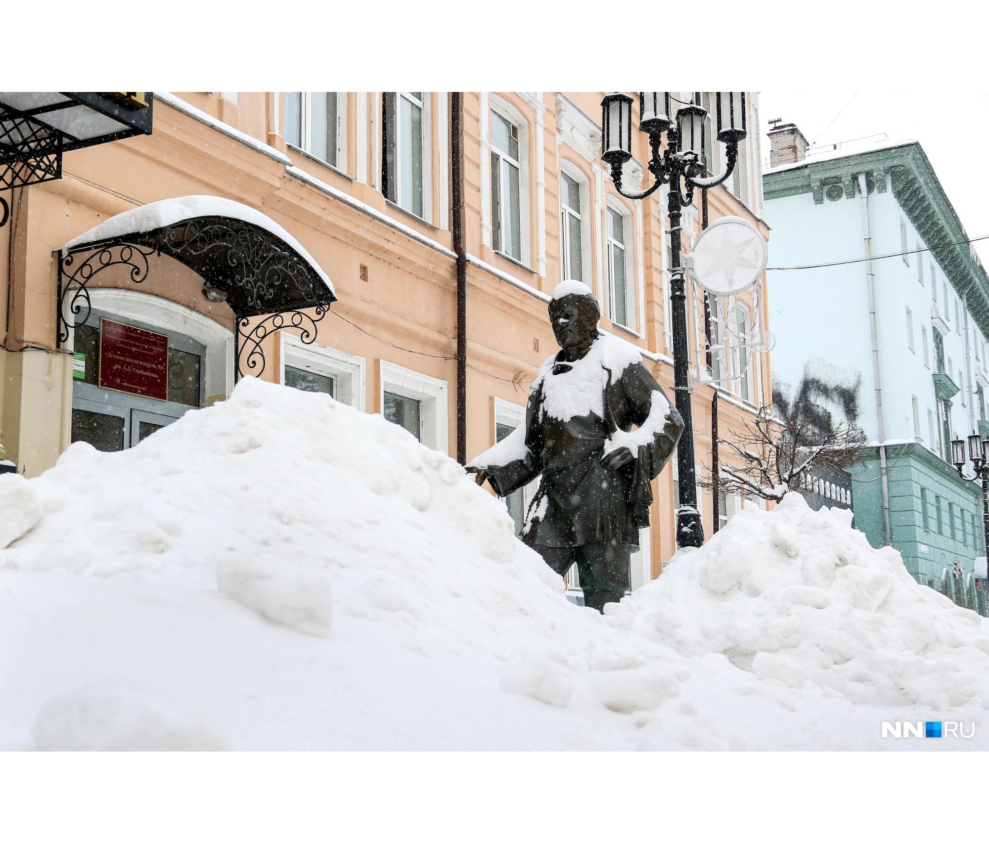 Памятники укрылись снегом, словно шубами