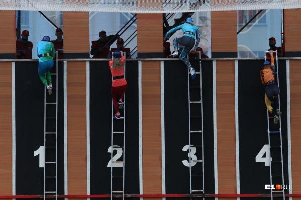 Мужчины и женщины на скорость взбирались в окно четвертого этажа по пожарной лестнице
