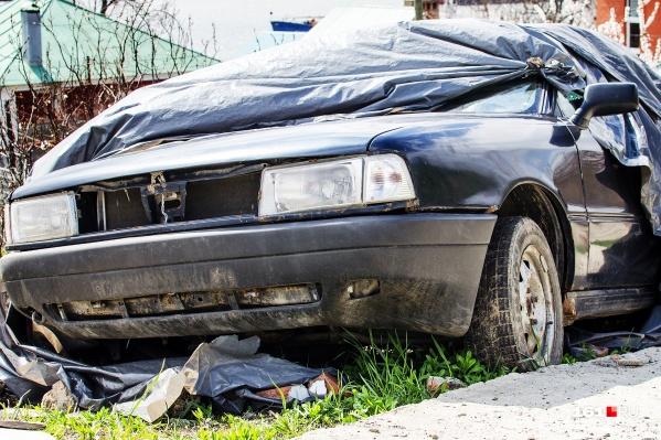 По правилам благоустройства территории города, сломанные машины на улицах бросать нельзя, нарушителей ждут штрафы