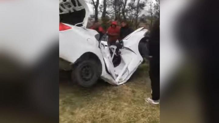 Под Анапой машина сложилась пополам после столкновения с деревом