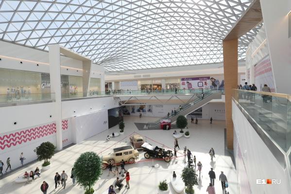 В новом торговом центре очень светло