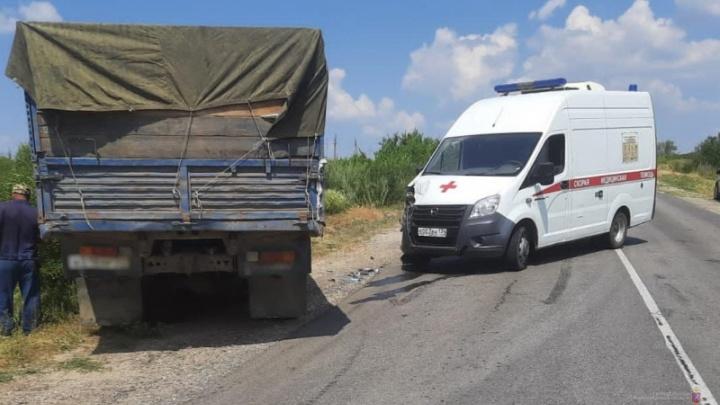 В Волгоградской области КАМАЗ раздавил машину скорой помощи
