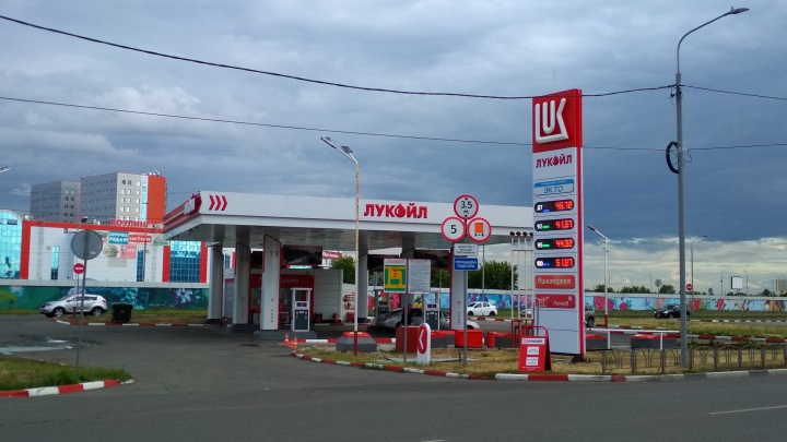 В Омской области впервые за полтора года подешевел бензин